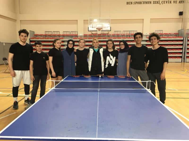 Gençler masa tenisinde Bayanlarda ilçe şampiyonu erkeklerde ilçe 2.